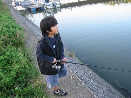 ハゼ釣り中の清太郎。