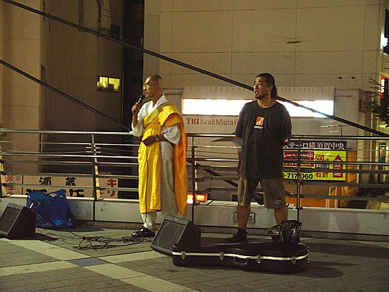 横須賀中央Yデッキの上で