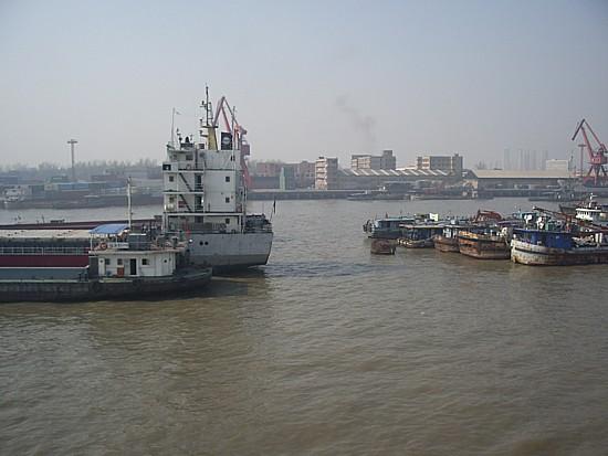 工業地帯の河
